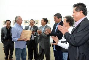 Entrega de reconocimiento al Maestro RIUS por su participación en la Jornada de Periodismo Ética y Poder